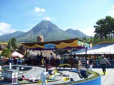 view salah satu permainan di jatim park plus pegunungan